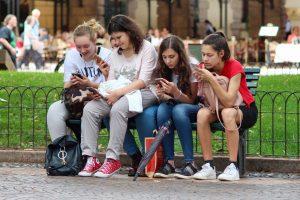girls-cellphones-300x200
